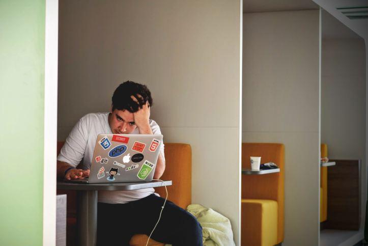 Ragazzo stressato davanti al computer - Stress e il Disturbo Bipolare