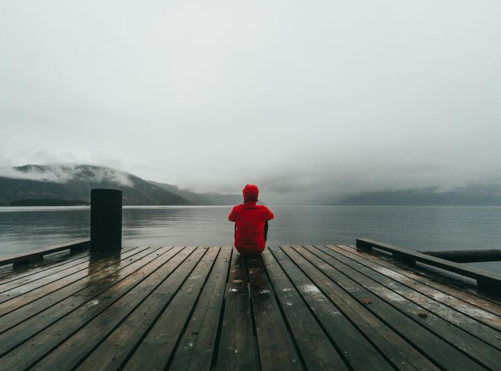 Ragazzo solo su un pontile - Cosa fare se ho il disturbo bipolare e mi sento solo?