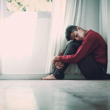Ragazzo preso dal disturbo d'ansia