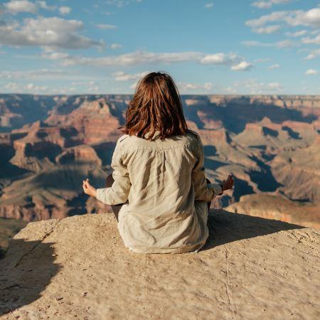 Ragazza che pratica la mindfulness